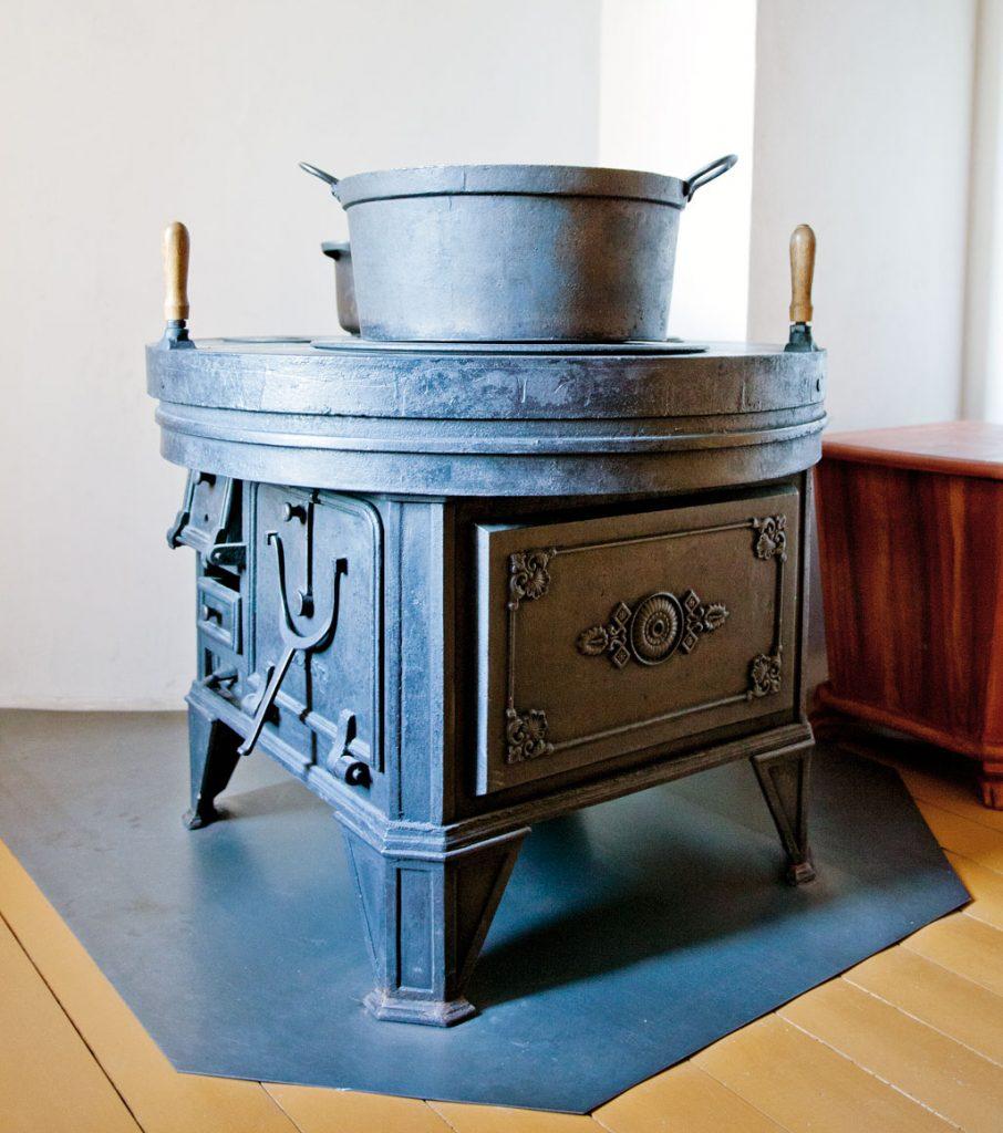 Den runde jernkomfyren i familien Helmers leilighet anno 1879 i Wesselsgate på Norsk Folkemuseum.
