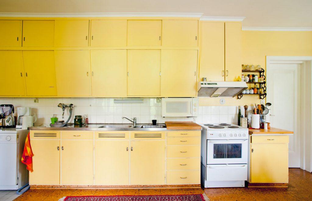 Dette kjøkkenet finnes i en privat, arkitektteg-net bolig i Østfold. Innredningen er fra 1956 og har alltid vært malt i disse fargene. Her er alt uforandret bortsett fra at komfyren er byttet ut. Kjøkkenet har mange praktiske løsninger, kvinnen som bodde her i 1956 var kjøkkenkon-sulent for Østfold fylkeskommune. Her finnes bla. skittentøyssjakt, tørkeskap for kluter/ håndklær og servise (over), innebygd stryke-brett, skap for symaskin og skuff til sytilbehør. Skap til støvsuger og kjøkkenmaskin finnes også.