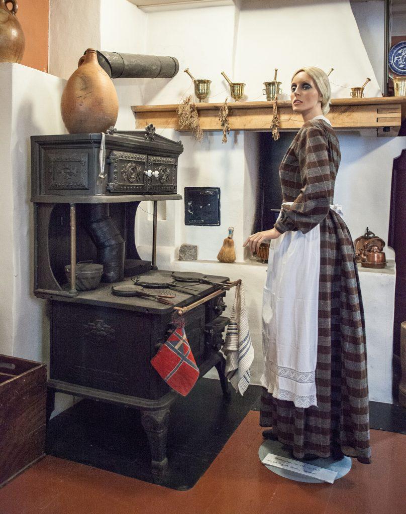 Kjøkkenet var i bruk fram til 1982. Vedkomfyren er ikke original til huset, men tidsriktig for andre halvdel av 1800-tallet.