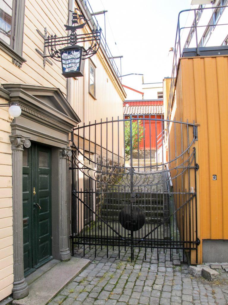 Inngangen til museet er utpreget klassisistisk og sjeldent fin, den ligger på siden av bygningen. En vakker smijernsport fører inn til bakgården.