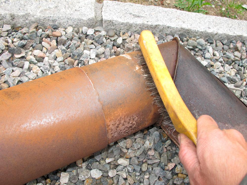 Jeg gjenbrukte gamle, rustne ovnsrør. En omgang med stålbørste fjernet løs rust..