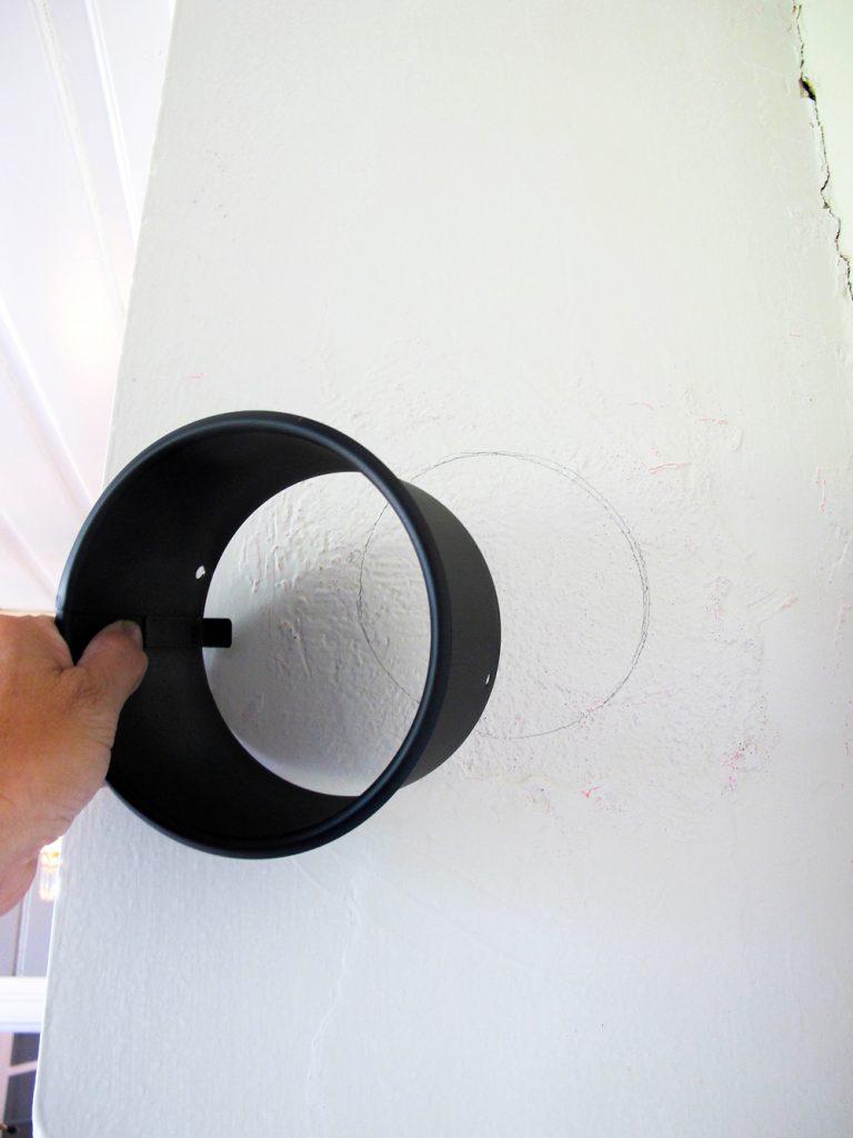 Beregn riktig høyde for ovnsrøret og tegn rundt rørstussen - denne kjøper du på byggvaren.