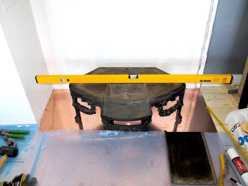 Det er viktig at ovnen kommer på korrekt plass og at understellet vatres for å unngå skjevheter oppover i etasjene.