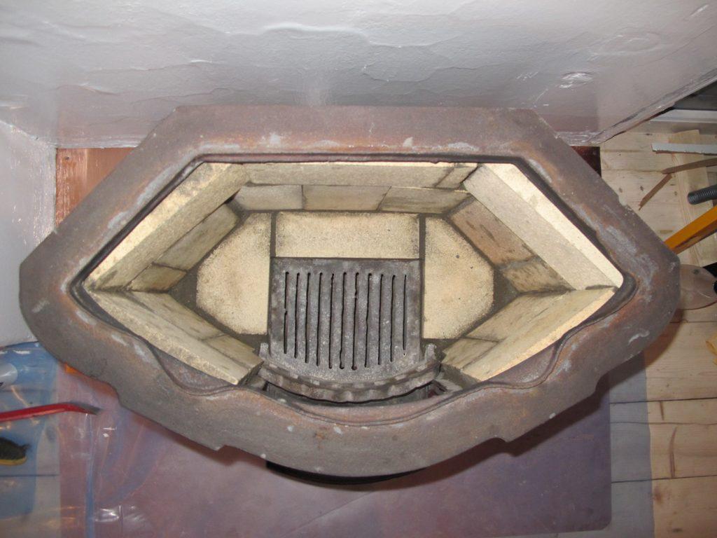 Brennkammeret sett rett ovenfra, ferdig murt. Det gikk med 19 stein i standard størrelse (2,5 cm tykke) til dette.