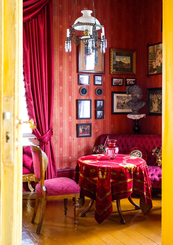 Damenes salong, eller «dåneværelset», er tilbakeført og det originale tapetet fra 1890-årene er bevart.