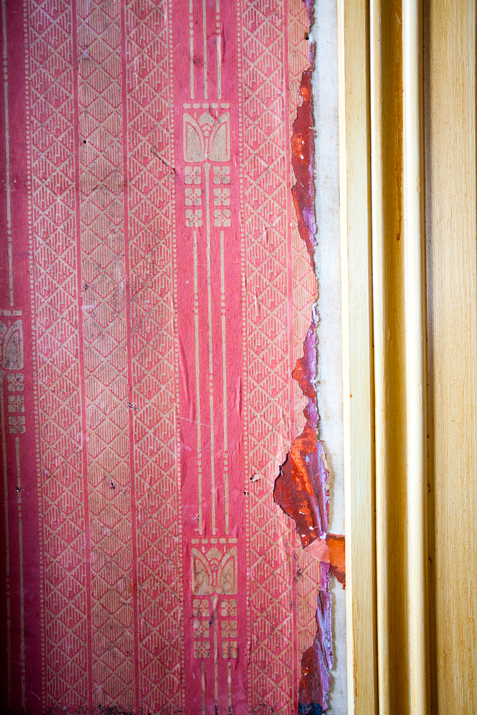 Detalj av det elegante jugendtapetet. Ved dørlisten kan man skimte litt av det enda eldre, håndmalte tapetet som ligger bakenfor.