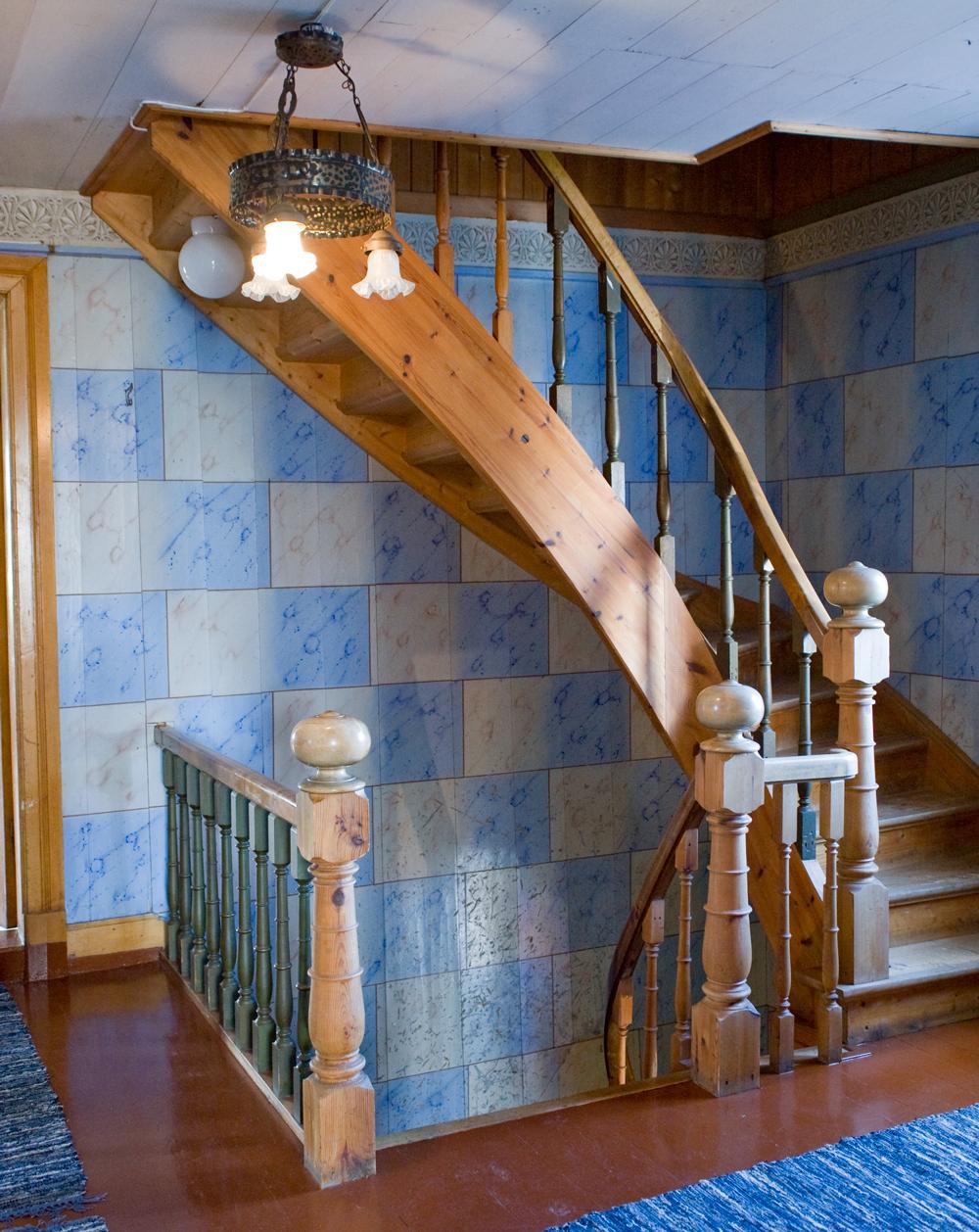Det flotte blåmarmorerte trapperommet i føderådsbygningen er malt av en dekorasjonsmaler Larsen.