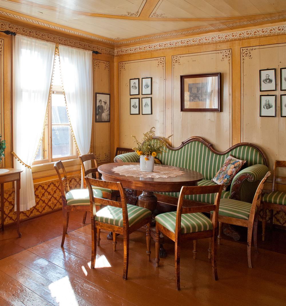 Salen i føderådsbygningen er dekorert fra gulv til tak. Gulvet er malt i teppeimitasjon, noe som var vanlig på siste halvdel av 1800-tallet.