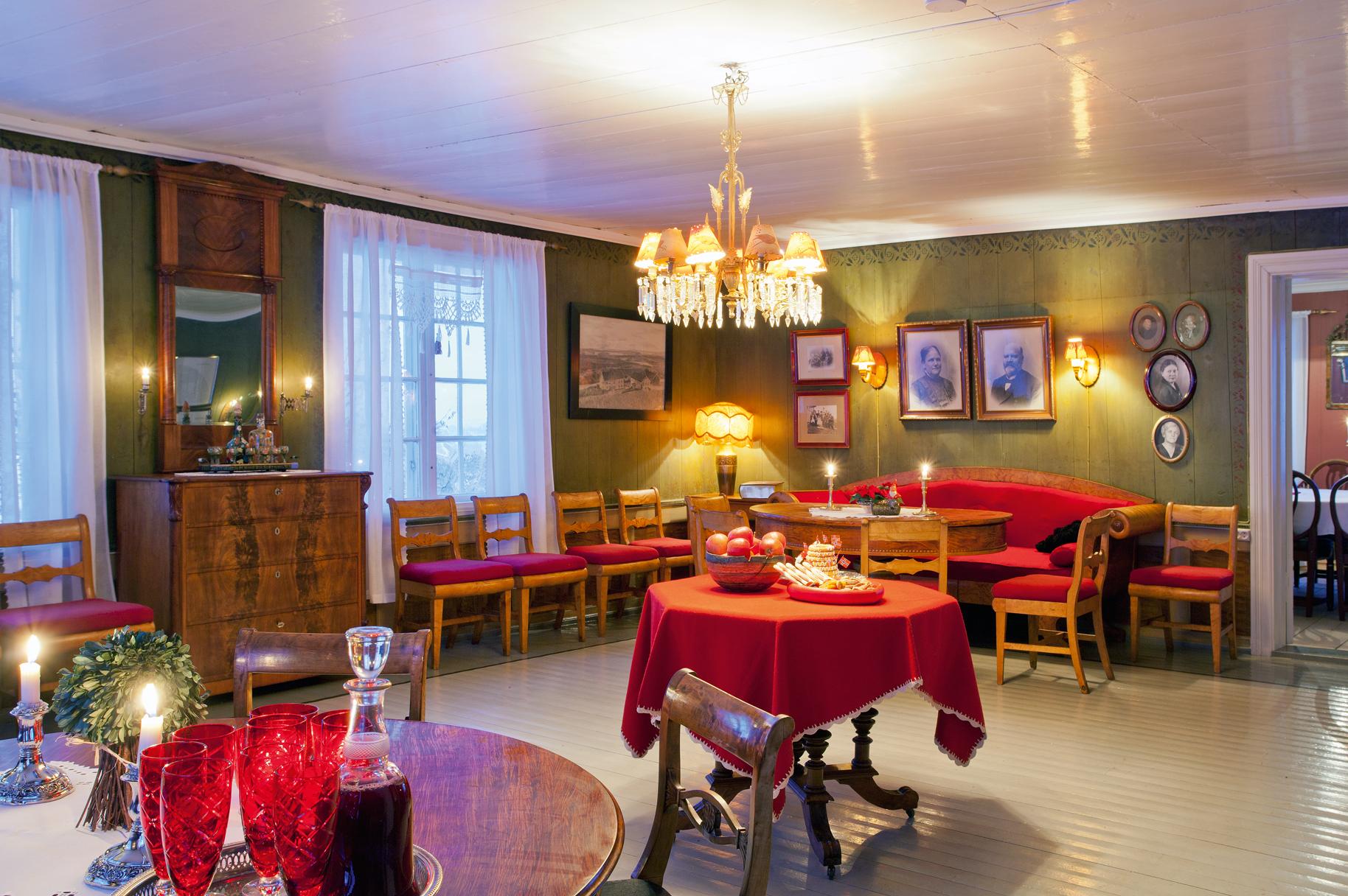 Den grønnmalte stua i første etasje er møblert med biedermeier møbler.