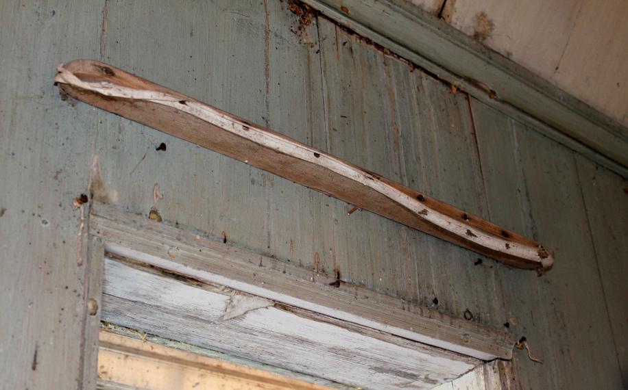 Dette er ett av de originale gardinbrettene i lysthuset. Gardinen ble festet med knappenåler i et bendelbånd som er spent opp i front på brettet. Foto: Rina Nysethbakken