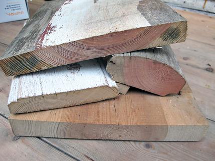 Malmtømmer hvor malmen (det rødlige trevirket i sentrum) fyller en stor del av tverrsnittet på materialet. Malmen inneholder en høy andel harpiksstoffer og bidrar til at trevirket er natur-lig gjennomimpregnert. I tillegg til de tette årringene er dette optimalt i forhold til kvaliteten på tømmeret. På dette bildet vises ulike materialer fra svalgangsbygningen. Tverrsnittet viser den eksepsjonelt gode kvaliteten på materialene som ble valgt ut til dette huset.