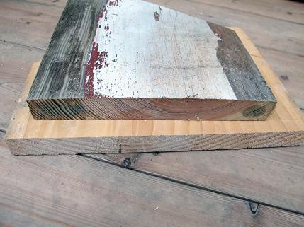 På dette bildet vises et av de gamle panelbordene (øverst) fra ca. 1850 og et nyere panelbord i dårlig kvalitet for å illustrere ytterpunktene. Her ses tydelig forskjellen på gammel malmfuru med så tette årringer at de er vanskelige å telle, og nytt trevirke som har vokst hurtig og man uten problemer kan telle de vide årringene. Du kan være heldig å få gode materialer hos din lokale trevarehandel, men det er ingen selvfølge, så det er lurt å spørre etter dette. Du kan også bestille kvalitetsmaterialer fra spesialleverandører.