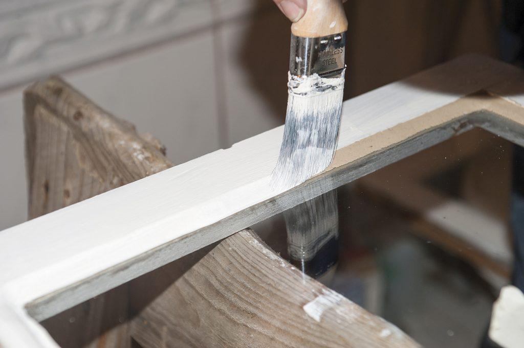 tilslutt males vinduene. Husk å male et par millimeter inn på glasset slik at vannet ikke trenger inn mellom glass og kittfals og dermed skape råteskader. lykke til med vårens vindusrestaurering!