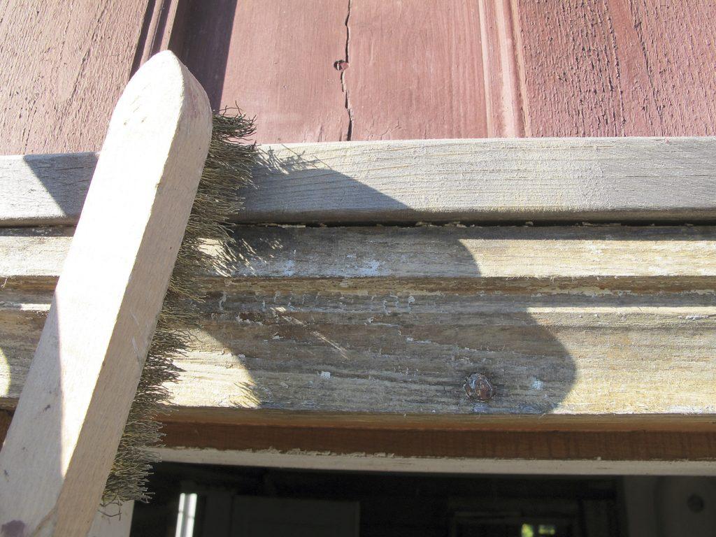 dersom den gamle malingen er mer eller mindre borte, skrap eller børst fram friskt trevirke før du maler. jeg anbefaler å bruke en messingbørste, ikke stålbørste, da denne har en mykere bust og lettere å jobbe med.