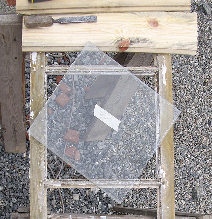Her er glassruta tatt ut. Husk å merke glasset slik at det blir satt tilbake på nøyaktig samme sted. rens hele kittfalsen grundig med stemjern eller skrape. ta godt vare på det gamle, håndlagde glasset.