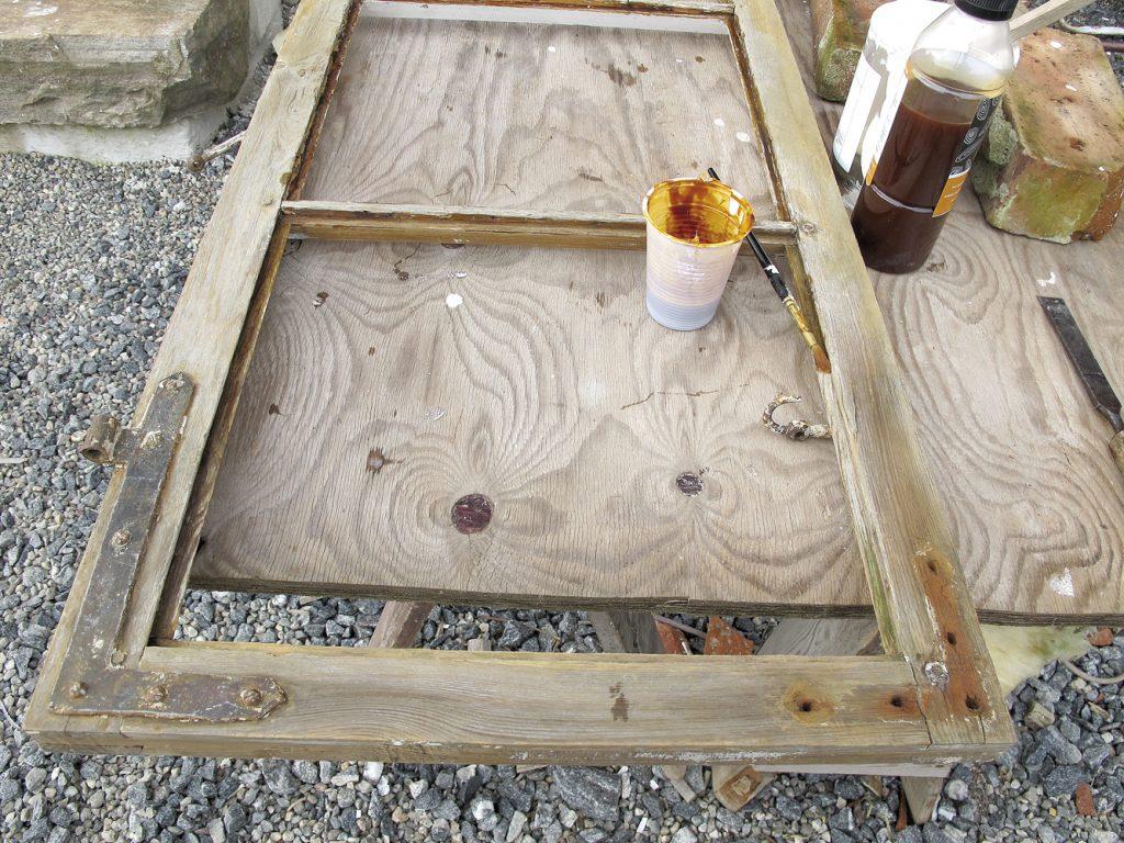 når vinduet er ferdig skrapet, børstet og gjort rent, er det lurt å behandle kittfalsen med kvistlakk. dette gjør du før du maler selve vinduet. Kvistlakken hindrer linoljekittet i å tørke ut, og kittingen varer mye lengre.