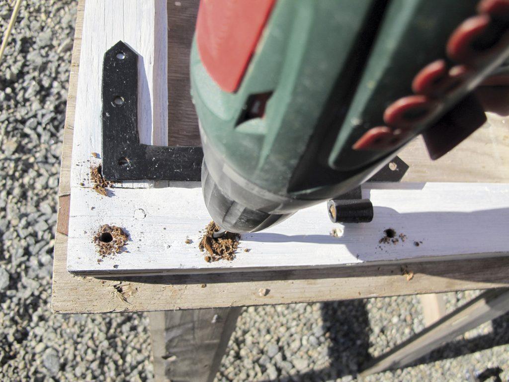 Før du setter beslagene tilbake på plass, bores skruehullene opp på nytt. nye tretapper slås inn med lim og kappes så tett ned til ramma som mulig. Skruene får da på nytt godt feste.