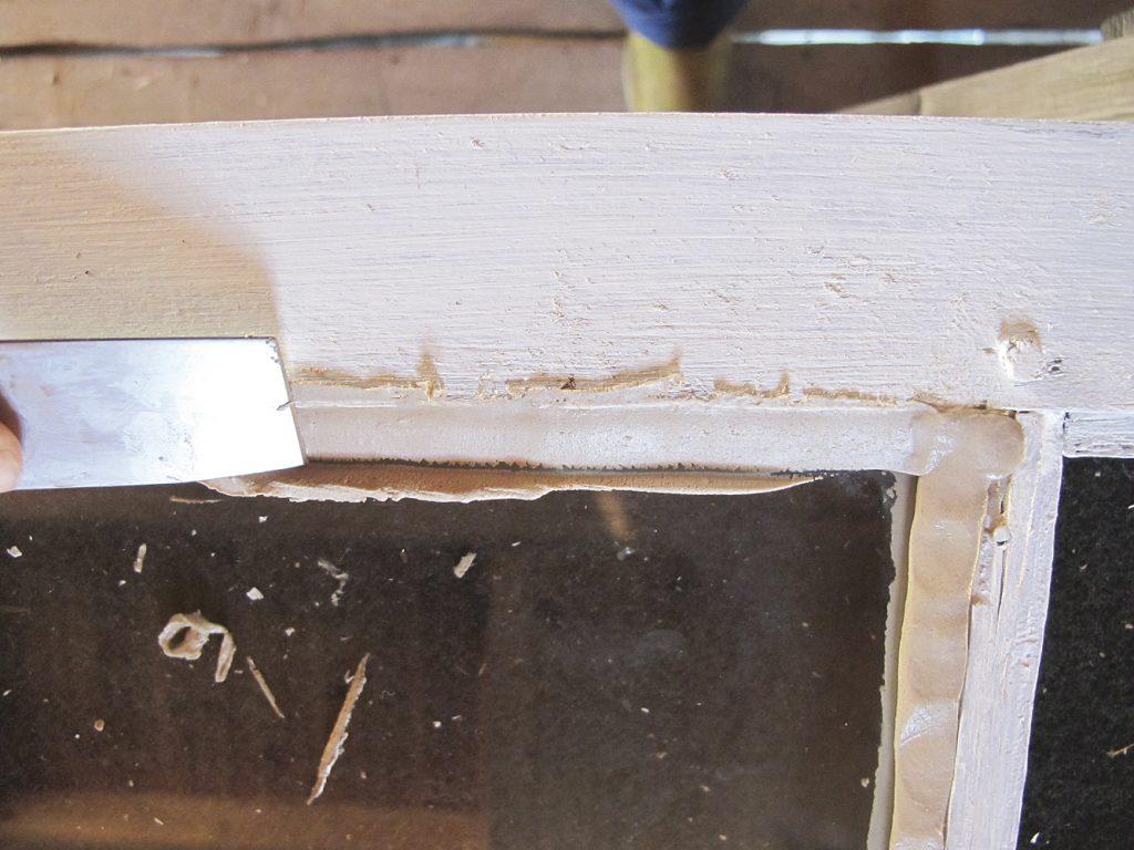 glatt falsen med kittkniv eller finger og fjern overflødig kitt på begge sider av vinduet.