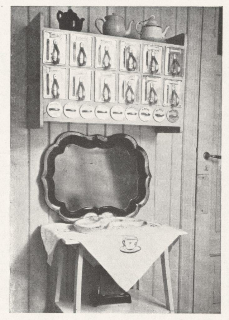 «Siste nytt på kjøkkeninnredningens område er disse smarte hyllene med aluminiumsbokser for kolonialvarer og små glassbeholdere til kryd-der», kunne man lese i en annonse fra 1930. Duroskapet var patentert av Coward og Thowsen og hadde en innfelt glass-stripe slik at man enkelt kunne se hvor mye boksen inneholdt.