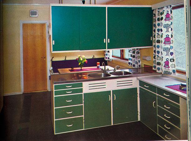 Mørkegrønn kjøkken-innredning anno 1968. Vist fram i Nye Bonytt. Kjøkkenet var i følge bildeteksten beregnet på en familie på fire pluss hushjelp og hadde en god planløsning med adskilt spiseplass. Foto: Rude/Nygren.