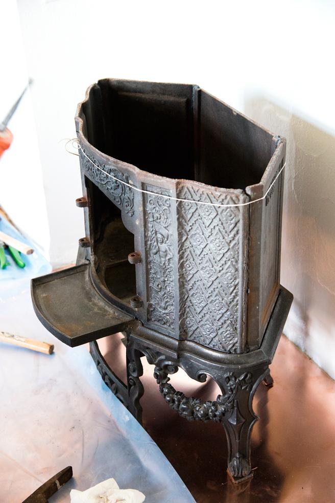 Det kan være lurt å sikre etasjen med en snor før den «låses» når neste ovnsplate legges på.