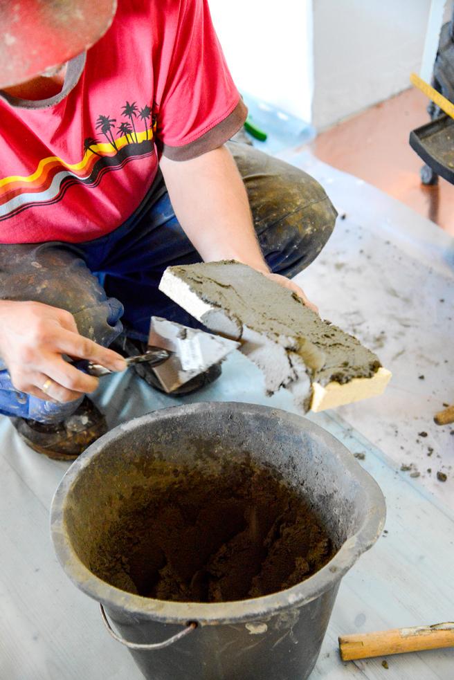 Fukt ildfast stein i vann noen sekunder før du legger på ildfast mørtel.