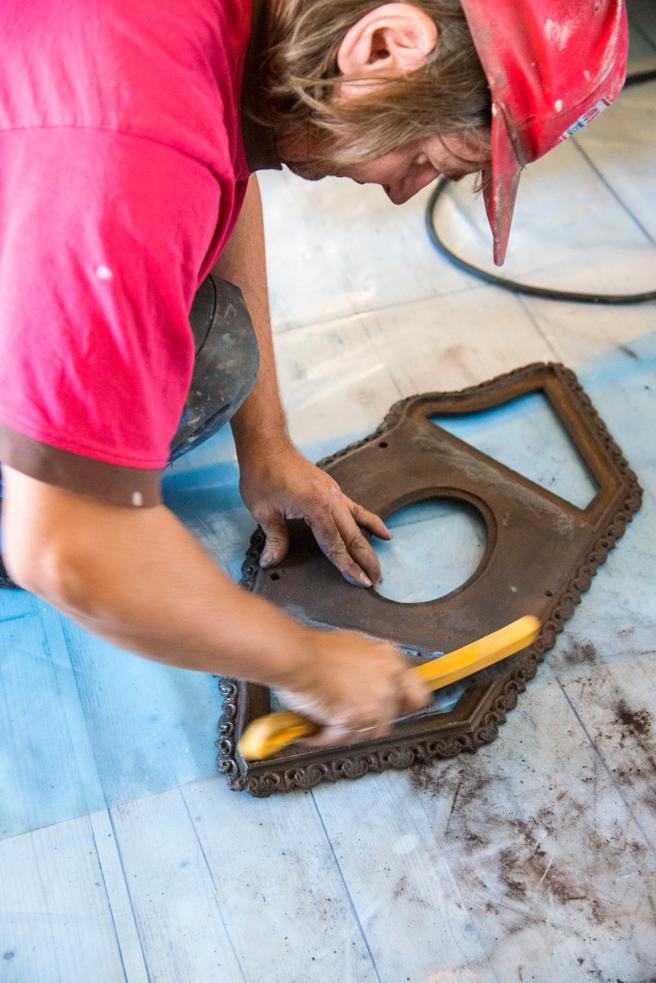 Børst bort gammelt kitt, rust og sot med en stålbørste før du legger på nytt kitt.