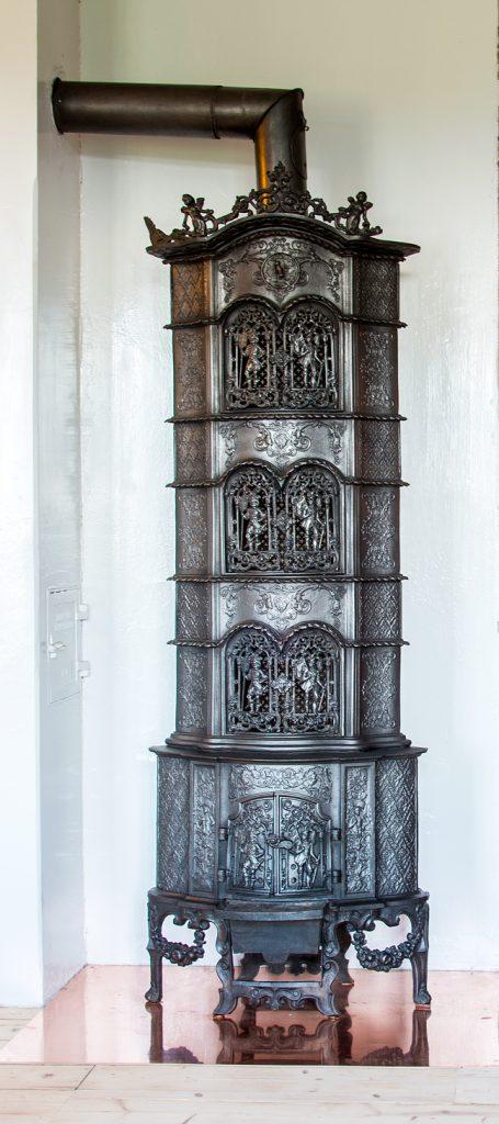 En pryd for øyet! Ridderovnen, med sin fantastiske ornamentikk, pryder nå stua. Vi gleder oss til å ta den i bruk.