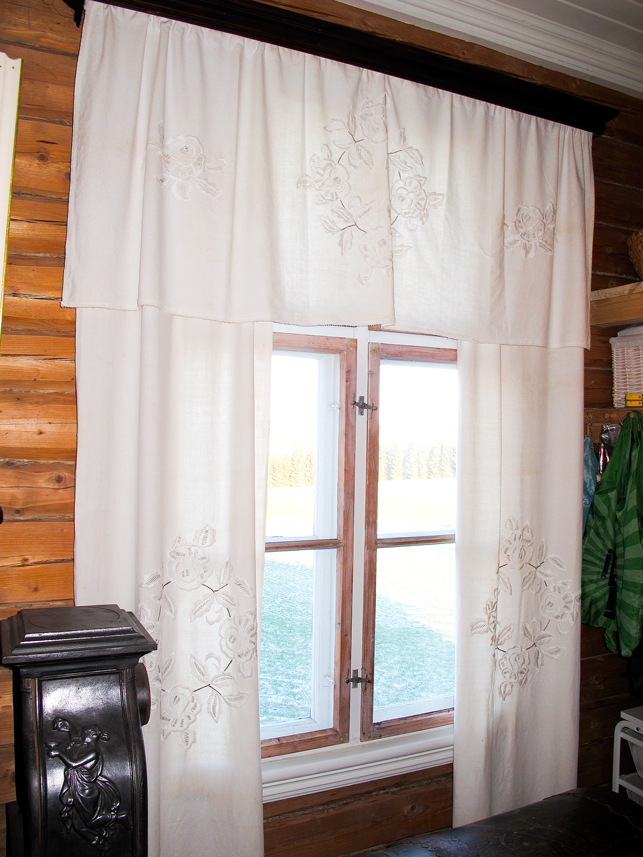 24dce3ae Håndbrodert gardin bestående av sidegardiner og kappe fra rundt 1910.  Mønstre for gardiner ble gjerne gjengitt i ukeblader. Foto: Tor Harald  Frøyset