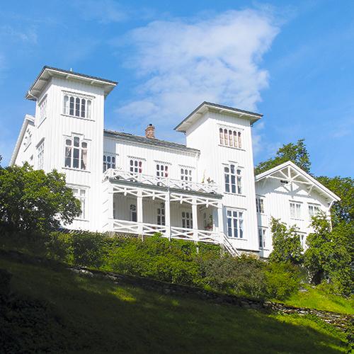 Den hvitmalte hovedbygningen med to tårn ble oppført i 1866 av Thomas Ebbesen Horneman (1819-1899). Han hadde tatt over gården et par år tidligere og var kjent for å være en driftig kar. Med en solid landbruksutdannelse og teft for lønnsomhet anla han, det den gang største fjøset, i regionen.