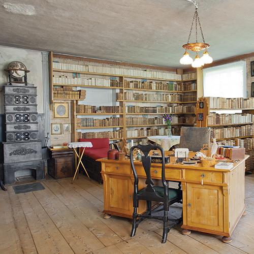 Herregårdens bibliotek ligger i side�øyen. He���nnes ti-tusenvis av gamle bøker og dokumenter som har fulgt gården gjennom århundrer, En skatt for etterkommerene på Reins Kloster.
