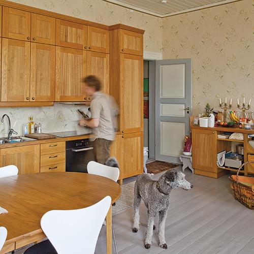 Den elegante kjøkkeninnredningen er arkitekttegnet og produsert av en lokal møbelsnekker