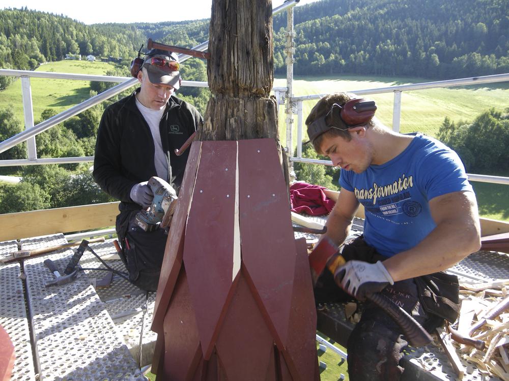 Stokk og Stein har i dag 20 ansatte, der rundt halvparten driver med restaurering. Bildet er tatt under restaureringen av RIngebu stavkirke. Foto: Stokk og Stein.