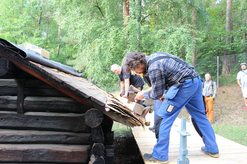 Håndverker i sving på Norsk Folkemuseum. Foto: Fortidsminneforeningen