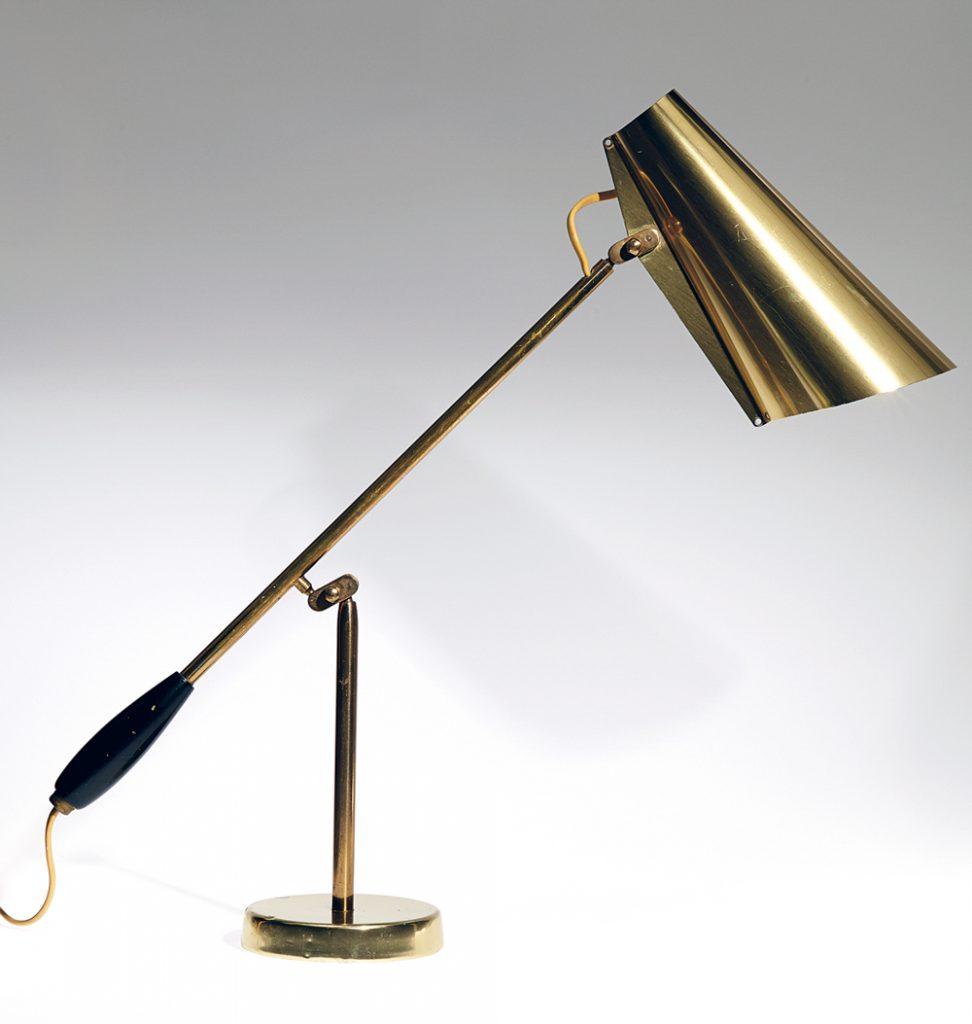 Bordlampe modell S/30016, formgitt i 1952 og tildelt gullmedalje ved Triennalen i Milano i 1954. Produseres i dag av Northern Lighting med navnet Birdy.