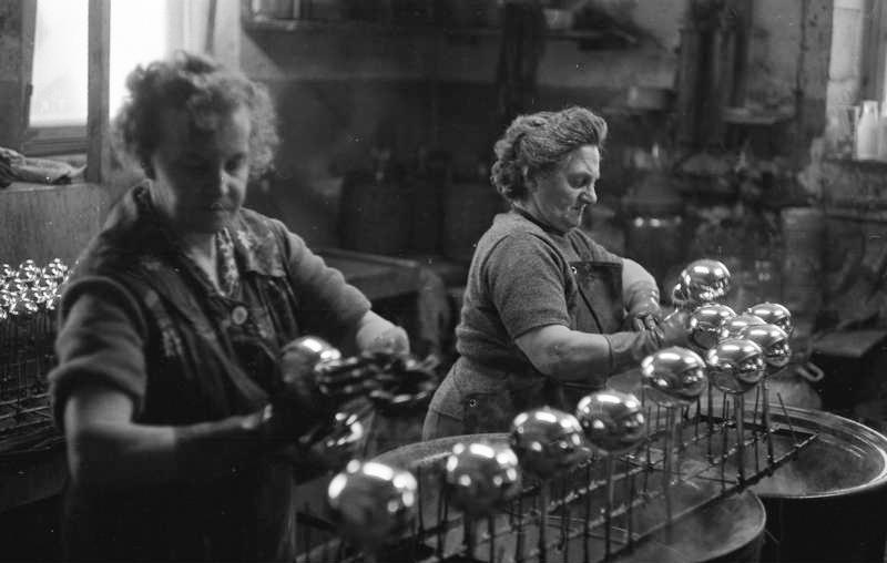 Kulene forsølves innvendig, før de dekoreres for hånd. Foto: Bundesarchiv/ E. Reimke, 1969.