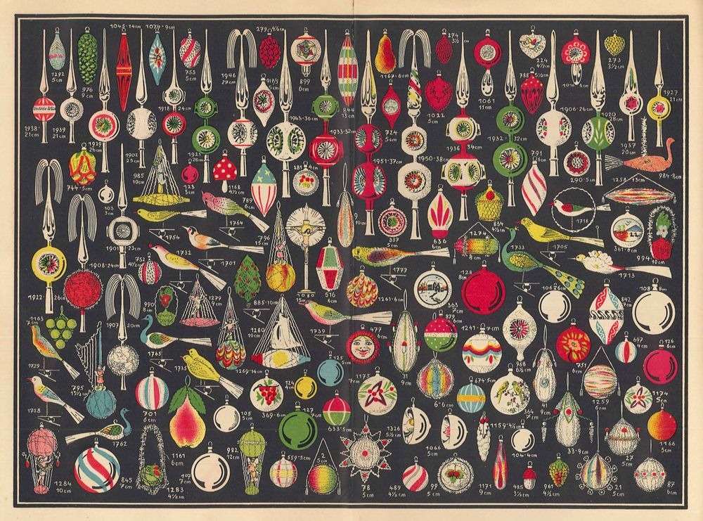 Denne flotte plansjen er hentet fra en forhandlerkatalog utgitt av firmaet Erwin Geyer som holdt til i Lauscha i Tyskland. Katalo-gen er datert 1936. Her kan man se en stor variasjon av ulik juletrepynt: Spir, ulike fugler, en dobbeltfugl, kuler i ulike fasonger, reflektorkuler, luftballong, frukt, sopp, dråper og kongler – til og med Jesus på korset.