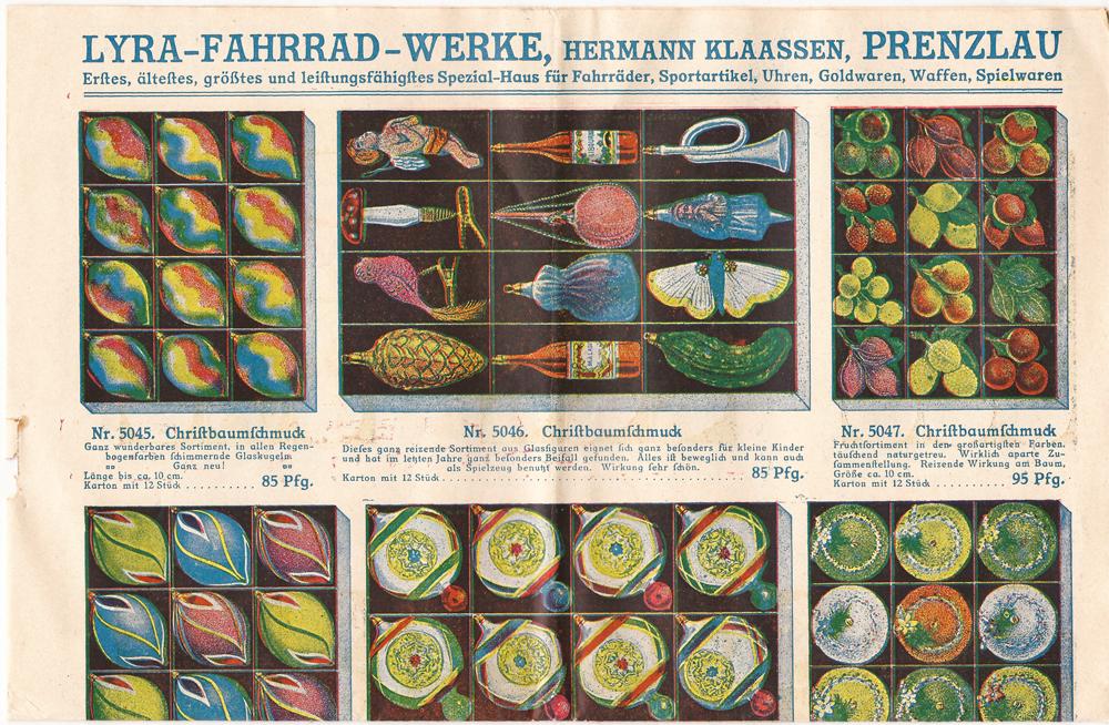 Dette utklippet av en gammel tysk katalog fra 1909 viser blant annet en «Weihnachtsgurke», kuler, kongler, sopp,sommerfugl, frukt og en fugl.
