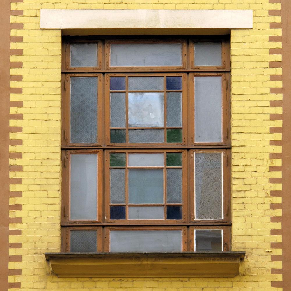 Hva skjer med dette vakre vinduet dersom eieren bestemmer seg for at det skal byttes ut? Vil det restaureres eller erstattes av en kopi – og vil det bli en god kopi?