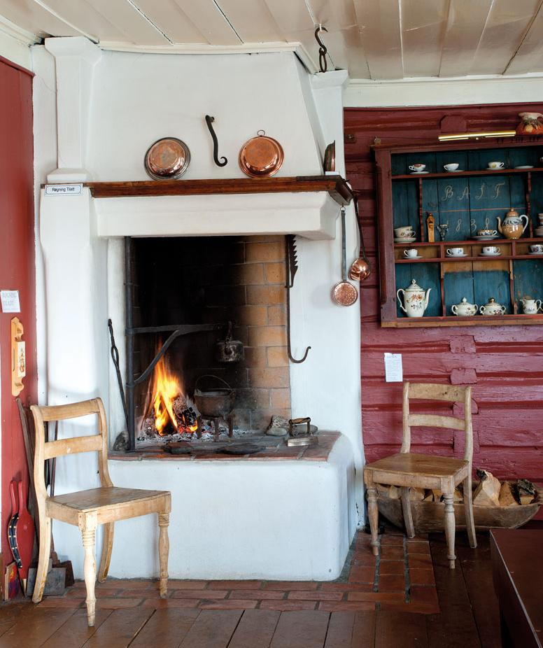 Det gamle Østfold-kjøkkenet har også en grue med vindskjærding til å henge grytene på.