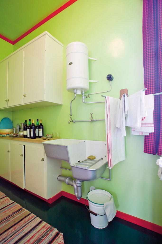 Leiligheten anno 1935 har varmtvannstank montert på veggen, oppvaskkum og utslagsvask.