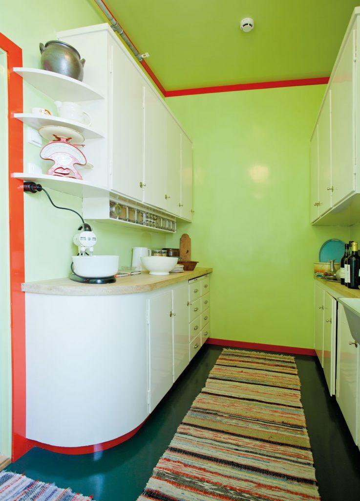 Kjøkkenet i Evelyn Bergs leilighet i Wesselsgate på Norsk Folkemuseum har en spenstig fargekombinasjon. Veggene er eplegrønne, listverket «lakkrødt» og på gulvet er det grønn linoleum. Kjøkkenet anno 1935 er et tysk «laboratoriekjøkken», litet og kompakt med tanke på at arbeidet skulle utføres så rasjonelt som mulig. Kjøkkenet har kjøleskap og magasinkomfyr (bilde til høyre) Leiligheten hadde en egen spisestue.