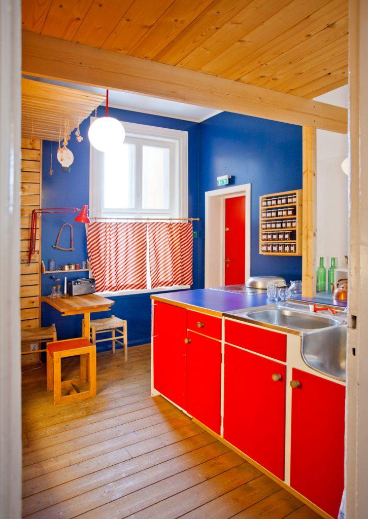 Leiligheten til Tove Kvalstad og Ola Ulset er den eneste leiligheten som faktisk har ligget i Wessels-gate opprinnelig. Den ble i 1979 presentert i Nye Bonytt. De flyttet inn i tredjeetasje i 1976 og bestemte seg raskt for å foreta en total oppussing. Kjøkkenet er malt i sterke farger, rødt og blått og har innredning som er satt sammen av gjenbruksdeler fra andre kjøkken. Leiligheten er nøyaktig rekonstruert til minste detalj.