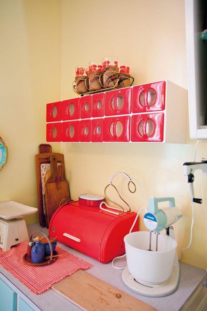 De populære krydder-hyllene ble nå tilvirket i plastikk. Fra familien Dahls leilighet anno 1965 i Wessels gate på Norsk Folkemuseum.