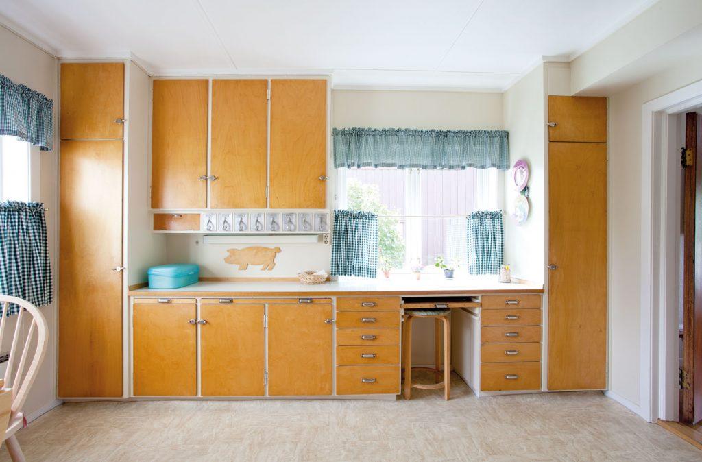 Dette kjøkkenet finnes i en privatbolig i Mysen, Østfold. Det er fra byggeåret 1937 og har skapdø-rer i bjerk. Her finnes både bakstefjøl, skjærefjøl og en arbeidsfjøl som kan varieres i tre ulike høyder. Innebygd krydderhylle i aluminium og et lite krydderskap ved siden av til venstre.