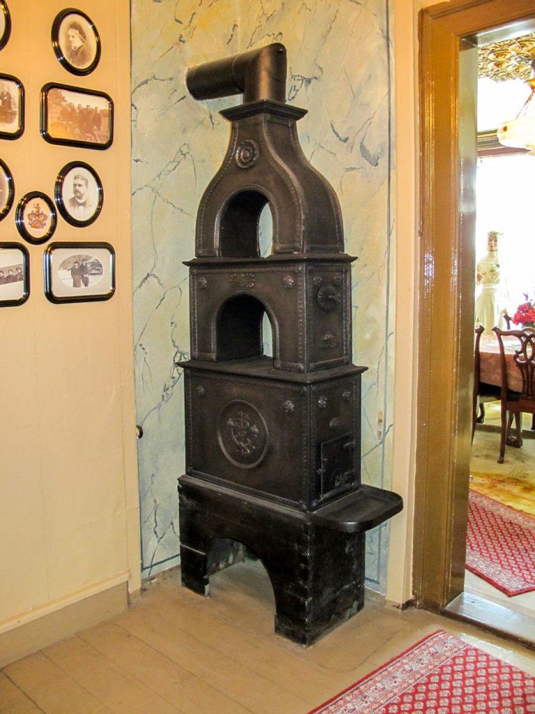Denne ovnen har fulgt huset fra byggeåret 1826