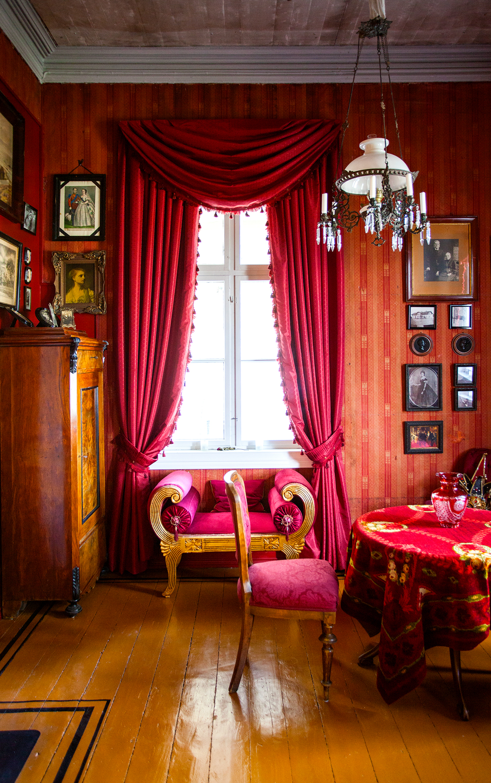 Tapetet fra rundt 1890-1900 var veiledende da rommet ble innredet i tråd med historismens idealer. Tunge gardiner kompletterer rommet.