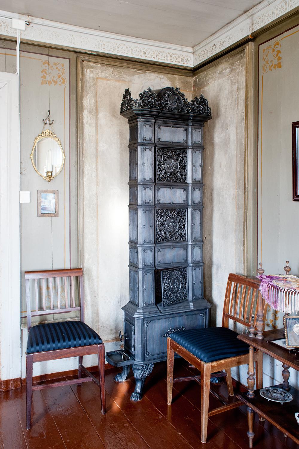 Nok en vakker etasjeovn. Sjablong- og strekdekor på vegg og brannmur.