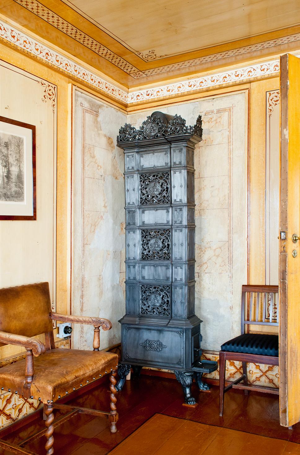 Til og med brannmuren er dekorert i marmorimitasjon.