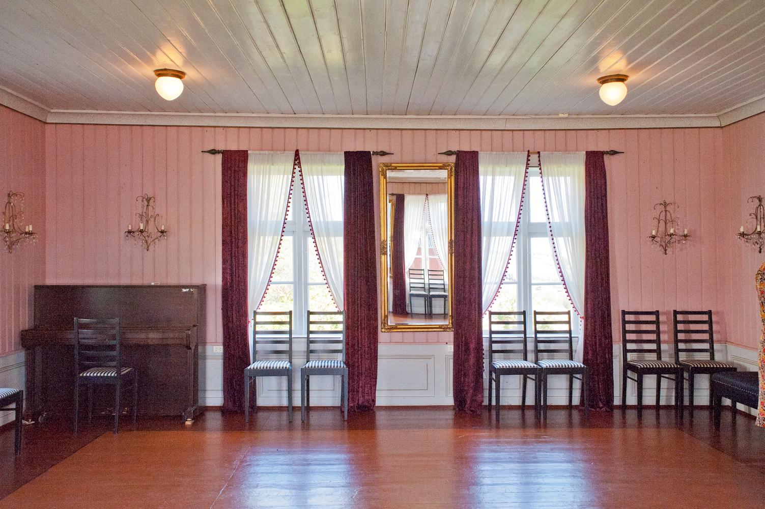 Ballsalen i føderådsbygningen er malt gammelrosa med dekorert brystning.